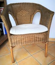 Schöner Rattan-Stuhl mit Sitzauflage hell