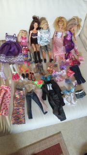 5 Barbiepuppen mit Kleidern