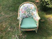 Schöner Sessel mit floralem Muster -