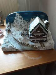 Schönes Deko Landhaus in Schneelandschaft