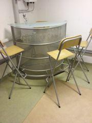 Bar mit 4 Stühlen zu