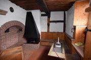 Uriges altes Haus mit Scheune