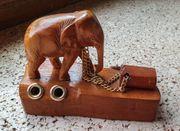 kleiner hölzerner Elefant aus Afrika