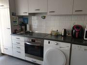 Einbauküche hellgrau mit großem Kühlschrank