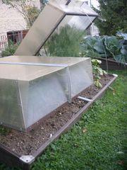 Frühbeete mit transparenten Solarhauben