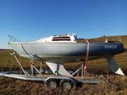 Segelboot segelyacht mit Straßentrailer