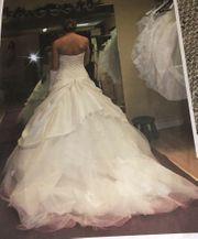 Prinzessin mit Perlen besticktes Brautkleid