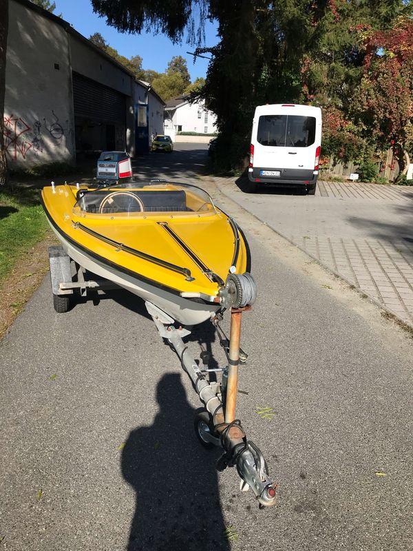 Sportboot mit Trailer und Motor