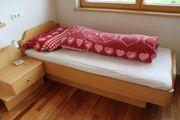 Einzelbett mit Nachtkästchen