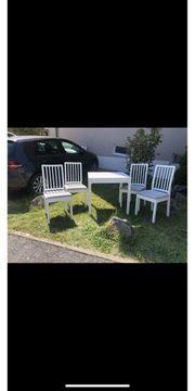 Weißer Tisch mit 4 Stühlen