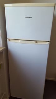 Küche mit Herd Backofen Kühlschrank