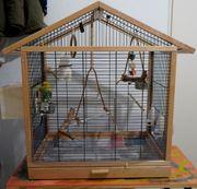 Vogelhaus mit zwei Wellensittichen und
