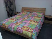 Doppelbett mit zwei Nachtkästchen
