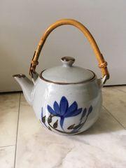 japanische Teekanne mit Bambushenkel