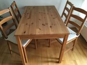 Tisch mit Stühlen und Kissen