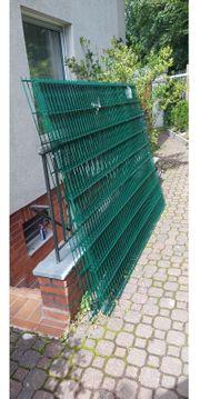 Grüne Zaun mit Pfosten neu