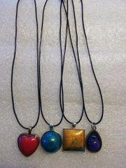 4 Halsketten mit Epoxidharz Anhänger
