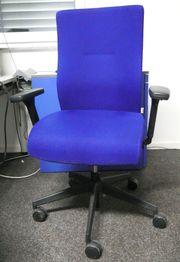Hochwertiger Bürostuhl mit blauem Bezug