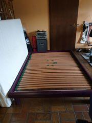 Zwei Nachttische mit französischem Bett