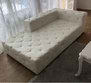 Sofa in weiß mit Kristallsteinen