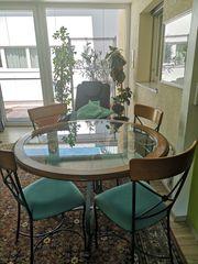 Tisch mit 4 passenden Stühlen