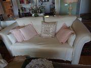 2 weisse Sofas