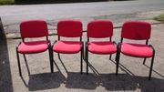 Stuhl m rotem Polster und
