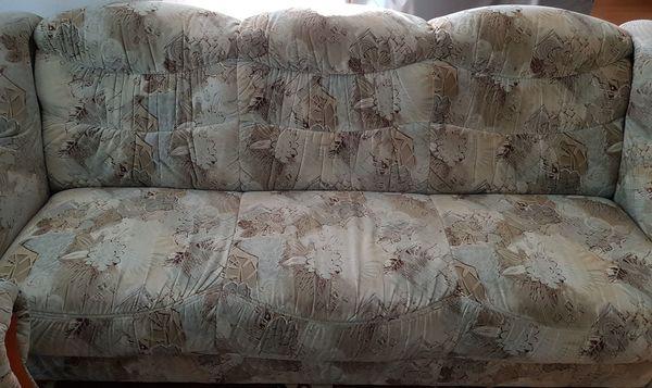 Wohnzimmer-Couch mit 2 Sessel an