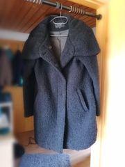 schwarzer Mantel mit XXL Kapuze