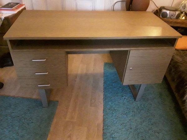 Sehr gut erhaltener stabiler Schreibtisch