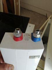 Kleiner Warmwasser boiler untertisch
