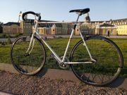 Überholtes vollfunktionsfähiges Single-Speed-Rennrad kein Fixie