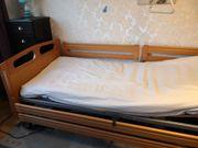 Pflegebett ohne Matratze und Pflegetisch