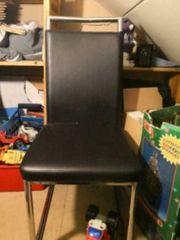2 schwarze Stühle mit Gebrauchsspuren