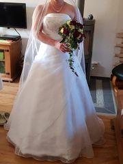 Hochzeitskleid mit Reifrock und Schleier