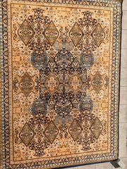 Stilvoller klassischer Teppich mit Ornamenten