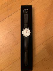 Armbanduhr im Design einer DB-Bahnhofsuhr