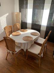Esszimmertisch mit 5 Rattanstühlen