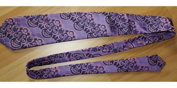 Krawatte lila/rosa - Töne / COMMODORE Trevira TOP - Lingenfeld - Krawatte von COMMODORE aus Trevira 100% Polyester lila-rosa-Töne.Die Krawatte hat eine Länge von ca. 143 cm, die untere Breitebeträgt ca. 9 cm.Sehr guter Zustand - keine Beschädigungen.Ca. 10 weitere Krawatten im Angebot (auch Seide) - In - Lingenfeld