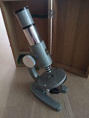 SchulMikroskop in Holzkiste und einige