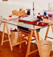 Schreibtisch Glasplatte auf Holzböcken