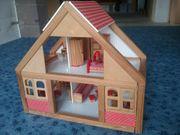 Puppenhaus aus Holz mit Möbeln