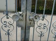 Geschmiedeter und verzinkter Zaun mit