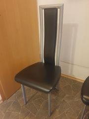 4 stabile Stühle aus Metall