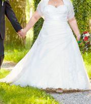 Brautkleid mit Schnürrung und Reifrock -
