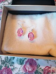 Silberohrringe mit rosafarbenen Zirkonen