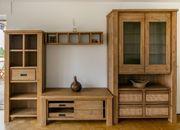 Wohnzimmer Wandschrank Regal und Tisch