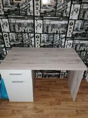 Einen Schreibtisch