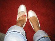 Vollweib bietet getragene Schuhe