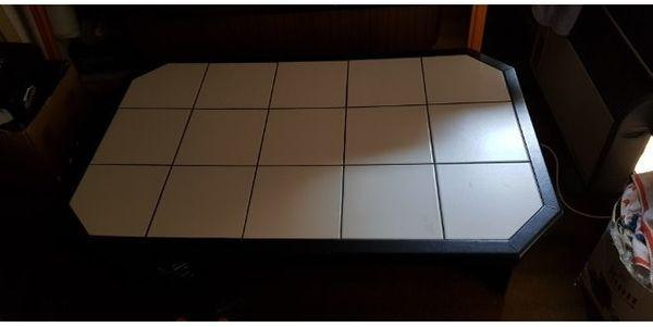 Kleiner schwarzer Tisch mit weissen